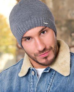 Мужская шапка с ярлыком