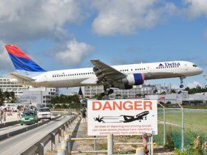 Табличка, предупреждающая об опасности на острове Сент-Мартен