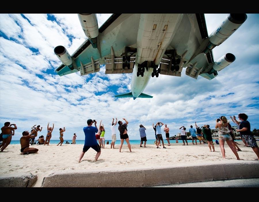 Под самолетом на пляже