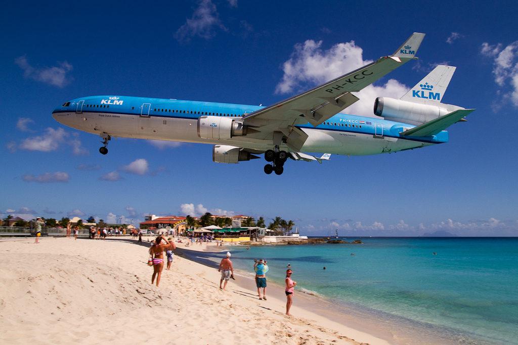 Самолет над пляжем Святой Мартин