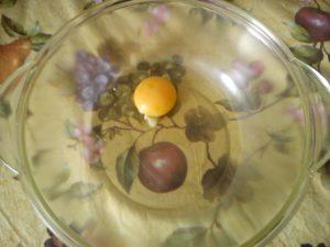 Взбиваем яйцо для оладий