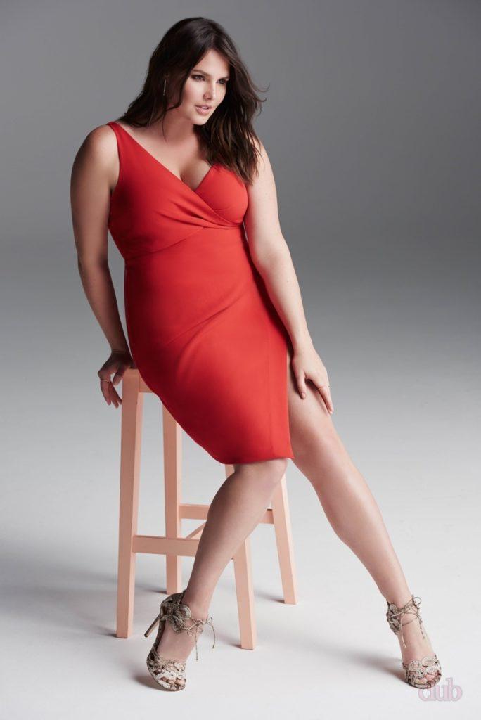 Пышная девушка в красном платье