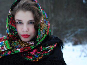 девушка в русском платке