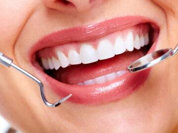 красивые зубы и инструменты стоматолога