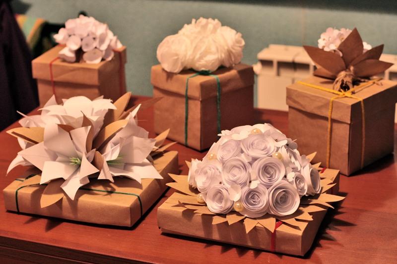 Сделать цветок подарок 7