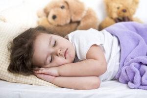 маленькая спящая девочка