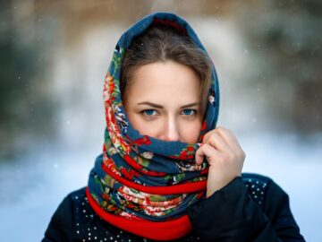 Девушка в головном платке