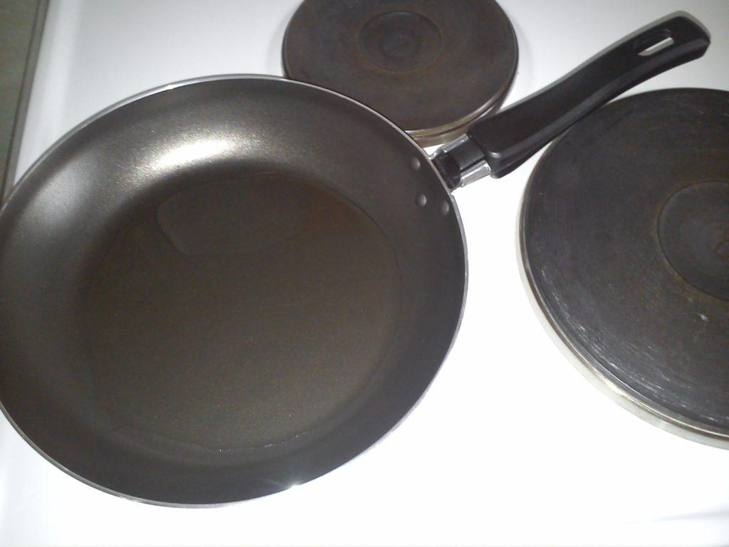 Сковорода с маслом для жарки оладий