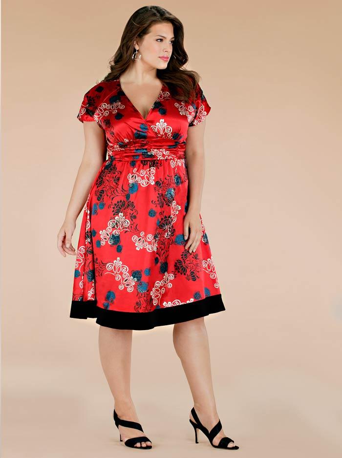 Пухлая девушка в красивом платье