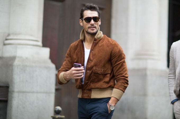 Мужчина в замшевой куртке