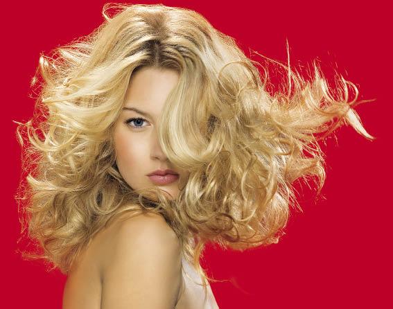Блондинка с нарощенными волосами