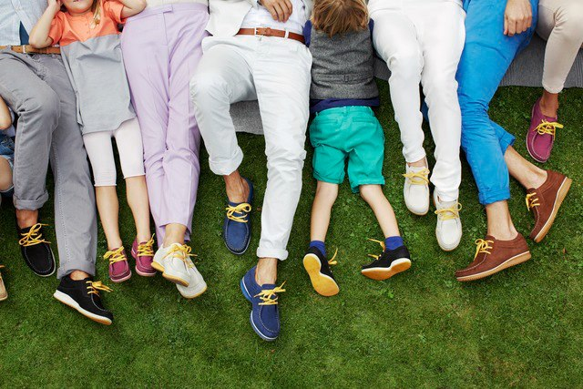 Ноги с разной обувью