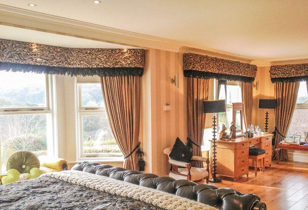Большая спальня с ламбрекенами