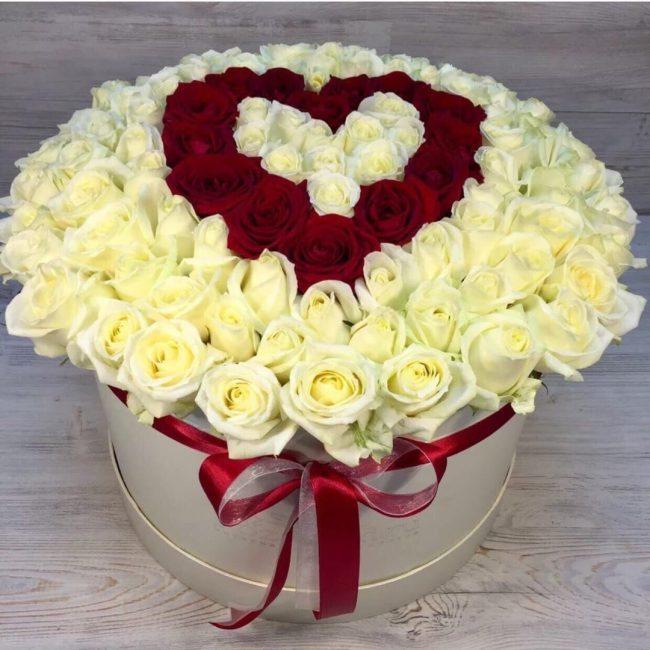 букет из роз в форме сердца в коробке