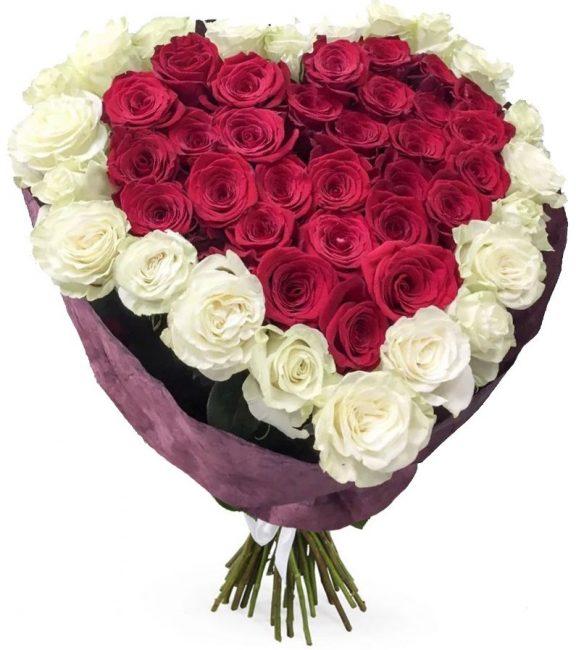 красно-белый букет из роз в форме сердца