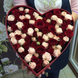Разноцветный букет из роз в коробке в форме сердца