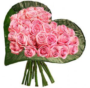 букет из розовых роз в форме сердца