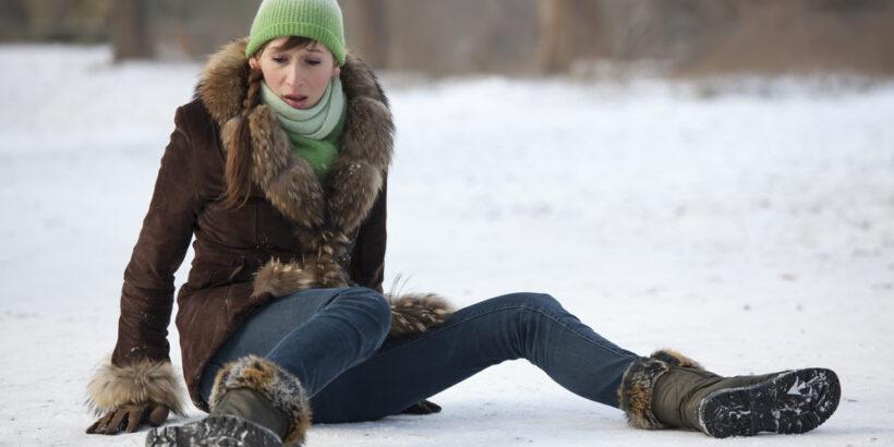 Девушка упала на гололеде