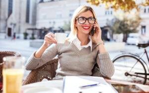 Белая блузка и свитер в деловом стиле