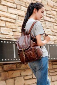 девушка с коричневым кожаным рюкзаком