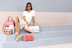 девушка и женские сумки