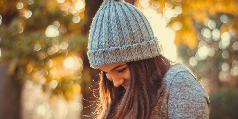 Девушка в модной шапке
