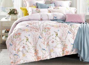 Кровать с красивым постельным бельем