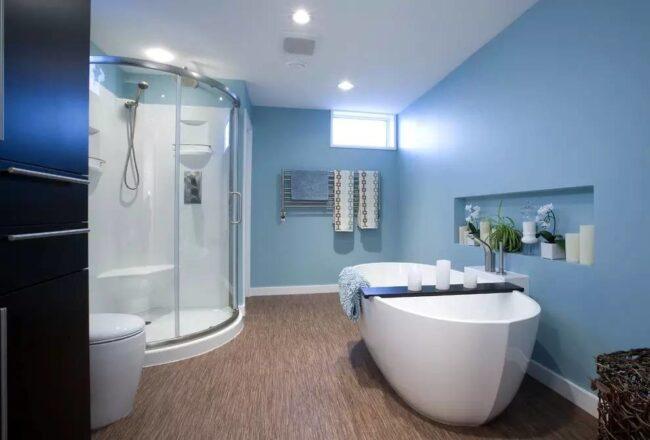 Ванная, покрашенная синей краской