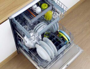посудомойка в кухне