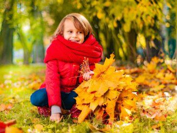 девочка в осенней одежде