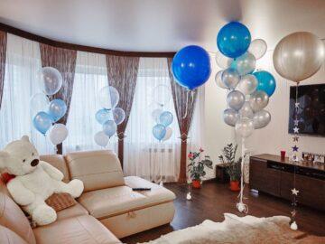 комната украшенная воздушными шариками
