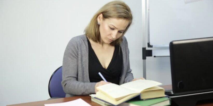 преподаватель проверяет работу