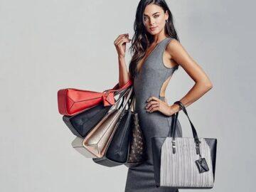 девушка с женскими сумочками