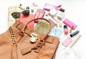 женская сумка с содержимым