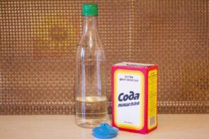 Чистим раковину с помощью соды и уксуса