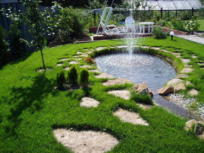 Пруд в саду с фонтаном